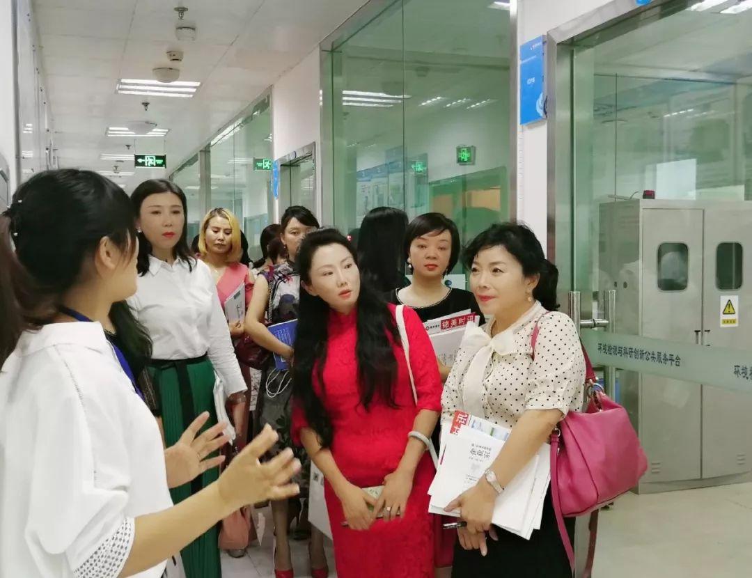 青商会女企业家参观龙8国际官网首页环保高端实验室.jpg