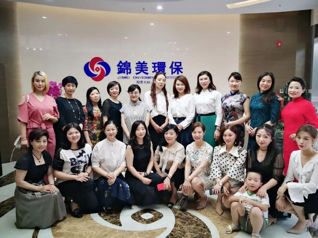四川省商务青年企业家联合会女企业家合影.jpg